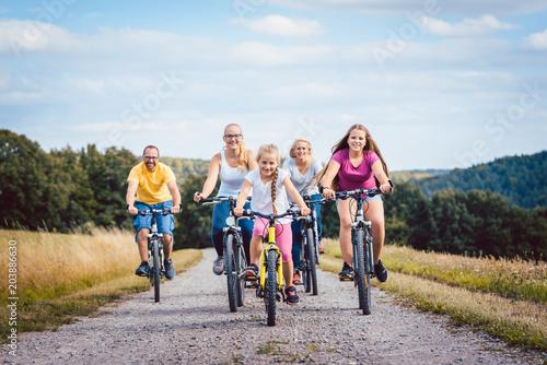 Rodzina jedzie ich rowery na popołudnie w lecie wsi