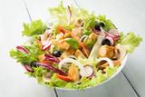 Insalata mediterranea di pollo e verdure fresche  - 203900644