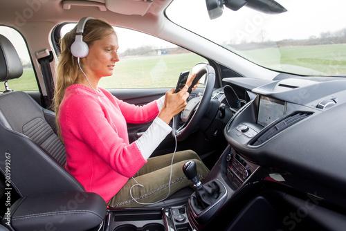 Junge Frau schreibt während der Fahrt eine SMS