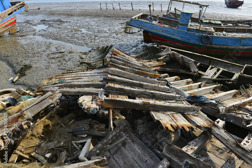 Plexiglas Schipbreuk Broken wooden boats in the river