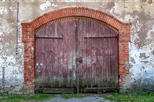 drzwi do starej stodoły
