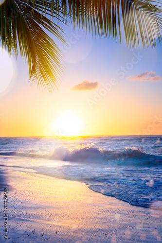 Letnie wakacje artystyczne; Piękny zachód słońca nad tropikalną plażą