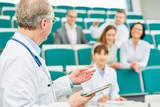 Dozent in einer Weiterbildung vor jungen Ärzten - 204128884