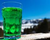verre de menthe à la montagne enneigée