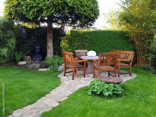 Gemütliche Sitzecke im Garten - 204213631