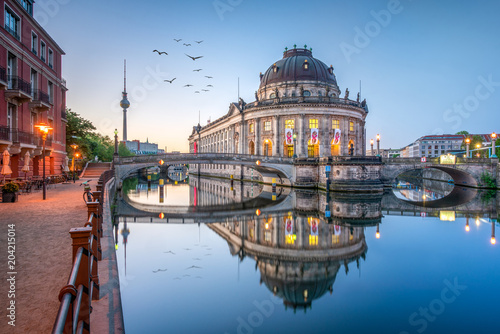 Leinwanddruck Bild Museumsinsel mit Bode Museum und Fernsehturm in Berlin, Deutschland