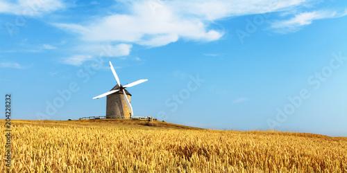 Moulin et champ de blé.
