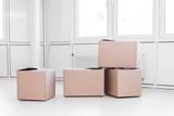 Umzugskartons in einem leeren Büro Gebäude, Umzug und Neustart - 204228837
