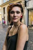 Portrait d'une jeune fille à la boucle d'oreille rouge - 204249618