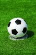 canvas print picture - Fussball auf Elfmeterpunkt, grüner Kunstrasen in der Sonne im Sommer
