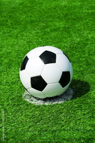 canvas print picture Fussball auf Elfmeterpunkt, grüner Kunstrasen in der Sonne im Sommer