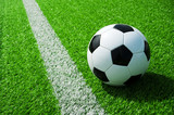 Fussball Ball neben der Markierung Linie auf grünem Kunstrasen am Feld