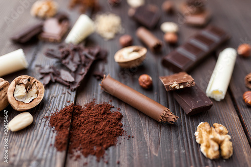 Poster Delicious chocolate on wooden background