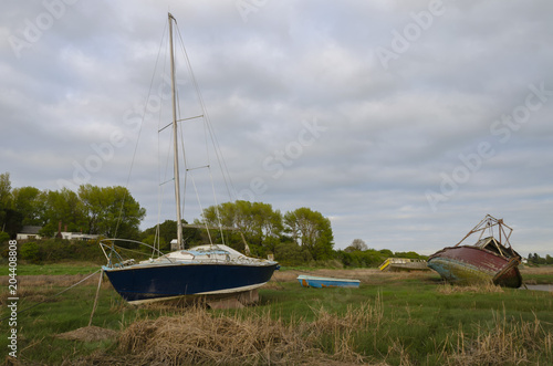 Canvas Schip Abandoned boats decaying on the mud banks of a river estuary