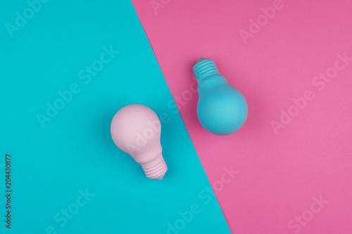 Różowi i Błękitni lightbulbs na to samo barwią tło. Styl sztuki minimalizmu. Pojęcie kreatywnego pomysłu.