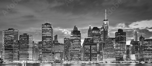 Foto Murales Black and white panoramic picture of Manhattan skyline at night, New York City, USA.