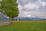 Krajobraz alpejski z kościołem