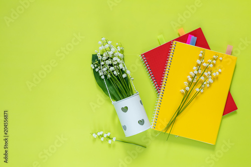 Aluminium Lelietjes van dalen Lily of the valley and red and yellow notebooks