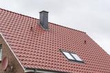 Schornstein und Dachfenster auf einem Dach