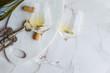 Quadro Weißwein auf einem Marmor Hintergrund