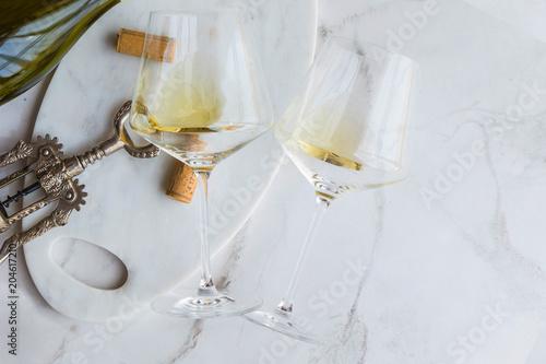 Fototapeta Weißwein auf einem Marmor Hintergrund