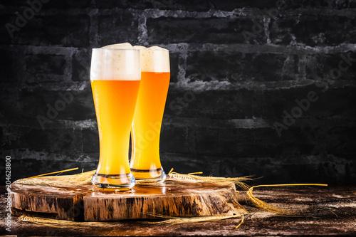 Fototapeta Weissbier Glas auf einem dunkelem Hintergrund