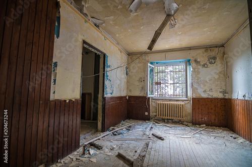 Plexiglas Oude verlaten gebouwen An old, desolated, damaged house.