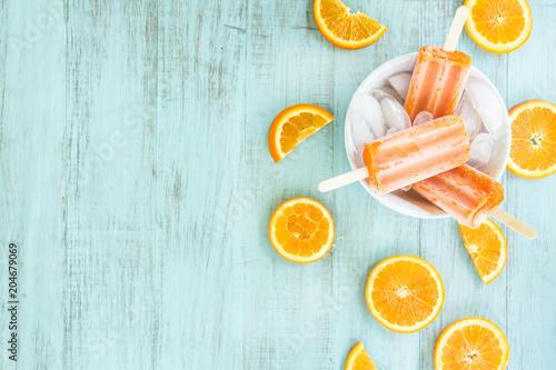 Pomarańczowy lód wystrzelony w misce z pokrojoną owocową salą na tekst