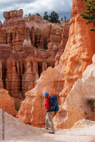 Aluminium Baksteen Hiker visits Bryce canyon National park in Utah, USA