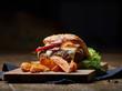 Burger mit Käse, Speck und Wegdes