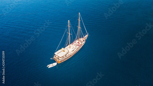 Canvas Schip Aerial view of sailling boat
