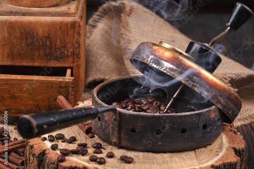The device for roasting coffee beans, an old hand grinder. - 204805004