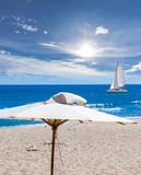 parasol sur plage tropicale