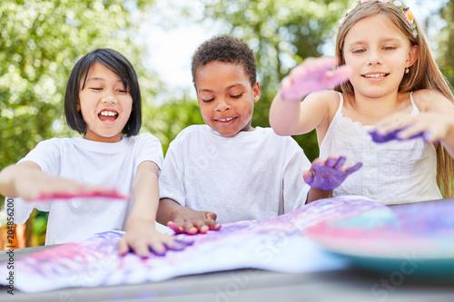 Fototapeta Kreative Kinder spielen mit Fingerfarben