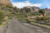 Straße mit Kurve auf Gran Canaria mit Verkehrszeichen