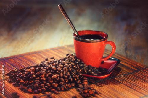 Fototapeta grains de café avec tasse rouge