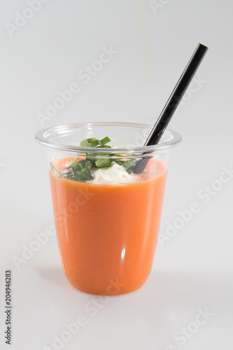gazpacho szklanka gaspacho z małą czarną słomą