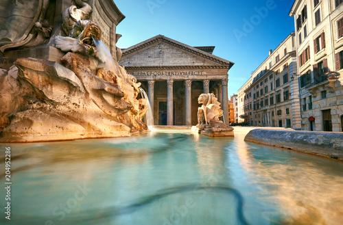 Fontanna na piazza della Rotonda z Parthenon behind, Rzym, Włochy