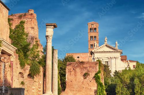 Antyczny kościół i kolumny, część forum muzeum w Rzym, Włochy