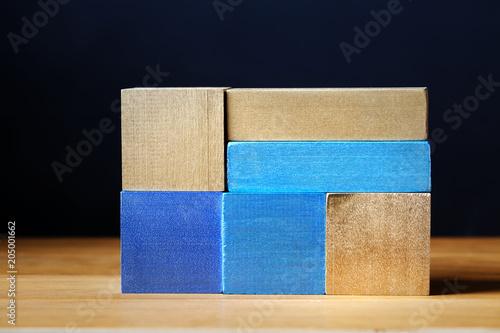 Zabawkarskich błękitnych drewnianych bloków tła abstrakcjonistyczny stertę