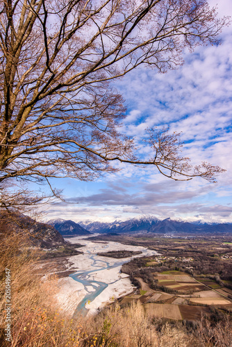 Fototapeta The slow flow of the Tagliamento river cradled by its mountains.