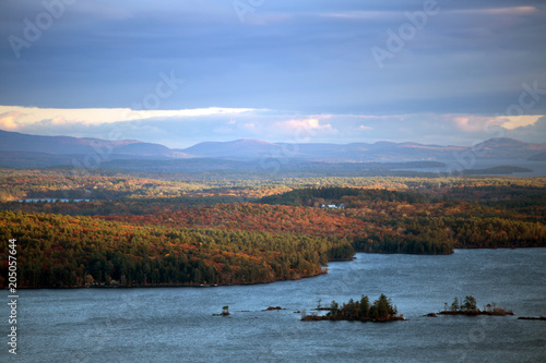 Canvas Natuur Mountains and Squam Lake in autumn