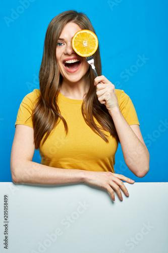 Uśmiechnięta kobieta gospodarstwa pomarańczowy na widelec.