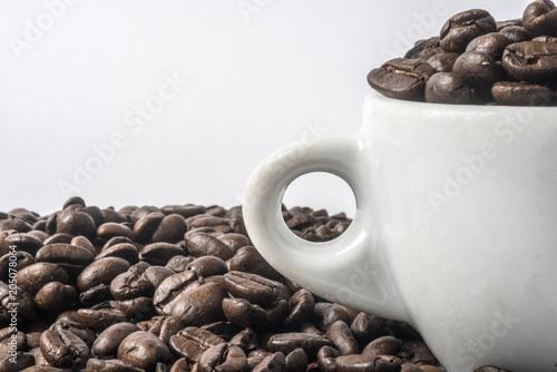 chicchi di caffè nella tazzina © patrizio44