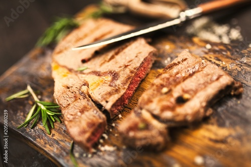 Plexiglas Steakhouse Grilled steak on wooden cutting board
