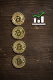 Bitcoin Münzen auf Holzuntergrund mit Preissteigerungs-Hinweis