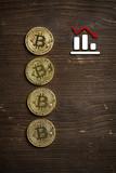 Bitcoin Münzen auf Holzuntergrund mit Crash-Hinweis