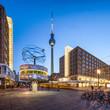 Leinwanddruck Bild - Berlin Alexanderplatz mit Weltzeituhr und Fernsehturm am Abend