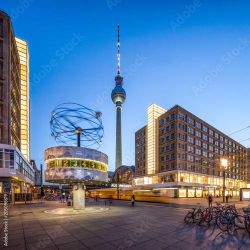 Leinwanddruck Bild Berlin Alexanderplatz mit Weltzeituhr und Fernsehturm am Abend