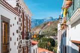 Blick zwischen zwei Häusern auf die Berge von Gran Canaria